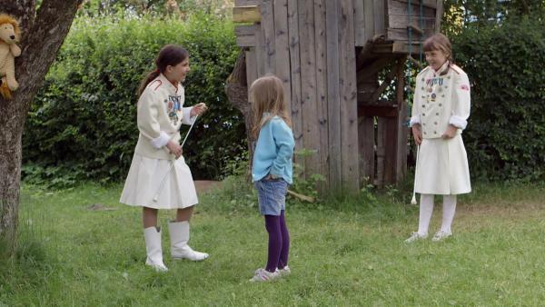 Lilly (li., Kaja Noor Baklund) und Agnes (re., Synne Asplund) machen sich über Elsa (Mi., Maya Anna Hansen Frølich) lustig, weil sie keinen echten Wirbelstab hat. | Rechte: KiKA/NRK/Christine Heitmann