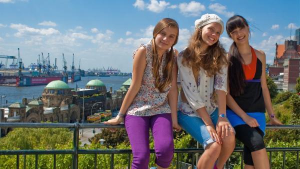 Ein herrlicher Tag in Hamburg für Ally (Marny Kennedy, li.), Emma (Sophie Karnbjinski, Mi.) und Jackie (Charlotte Nicdao, re.). | Rechte: NDR/Southern Star