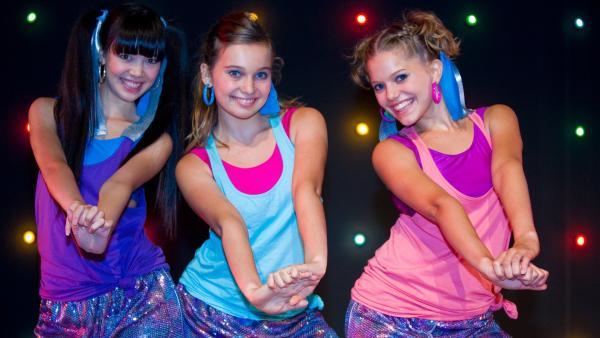 Nerven behalten und bloß nicht stolpern: Jackie (Charlotte Nicdao, li.), Ally (Marny Kennedy, Mi.) und Emma (Sophie Karbjinski, re.). | Rechte: NDR/Southern Star