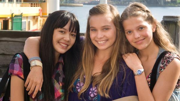 Ally (Marny Kennedy, Mi.), Emma (Sophie Karnbjinski, re.) und Jackie (Charlotte Nicdao, li.) sind beste Freundinnen und treffen sich regelmäßig in Emmas Chatroom. | Rechte: NDR/Southern Star
