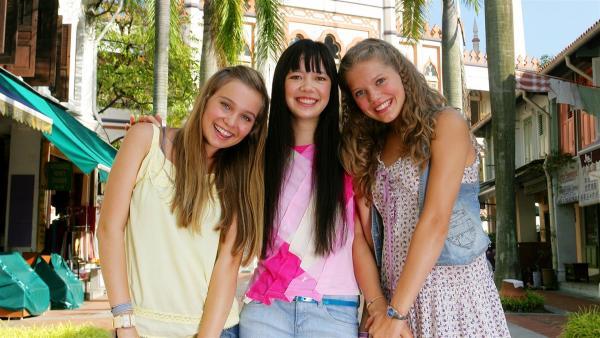 Ally (Marny Kennedy, li.), Emma (Sophie Karnbjinski, re.) und Jackie (Charlotte Nicdao, Mi.) sind beste Freundinnen und treffen sich regelmäßig über Emmas Chatroom. | Rechte: NDR/Southern Star