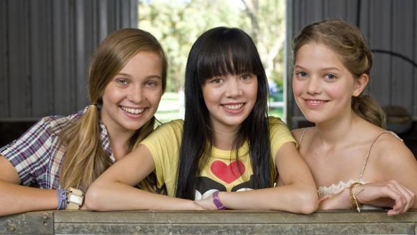 Ally (Marny Kennedy, li.), Emma (Sophie Karnbjinski, re.) und Jackie (Charlotte Nicdao, Mi.) sind beste Freundinnen und treffen sich regelmäßig in Emmas Chatroom. | Rechte: NDR/Southern Star