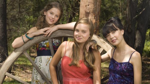 Ally (Marny Kennedy, Mi.), Emma (Sophie Karnbjinski, li.) und Jackie (Charlotte Nicdao, re.) sind beste Freundinnen und treffen sich regelmäßig über Emmas Chatroom. | Rechte: NDR/Southern Star