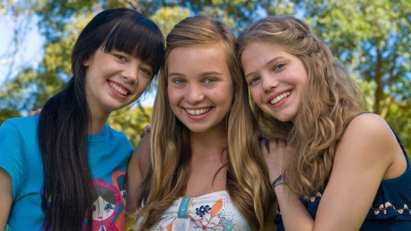 Drei unzertrennliche Freunde - Jackie (Charlotte Nicdao, li.), Ally (Marny Kennedy, Mi.) und Emma (Sophie Karbjinski, re.) | Rechte: NDR/Southern Star
