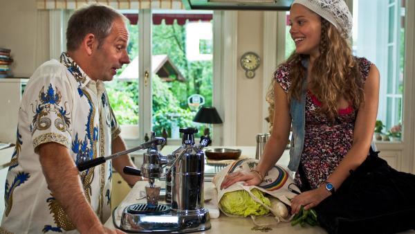 Emma (Sophie Karbjinski) und ihr Vater (Michael Lott) sind wieder zu Hause in Hamburg. | Rechte: NDR/Southern Star