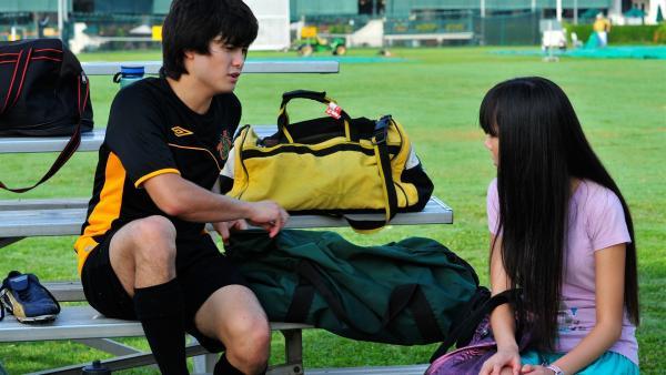 Jackie (Charlotte Nicdao) versucht von ihrem Bruder Josh (Takaya Honda) die Wahrheit über das Computer Chat-Programm herauszufinden. | Rechte: NDR/Southern Star