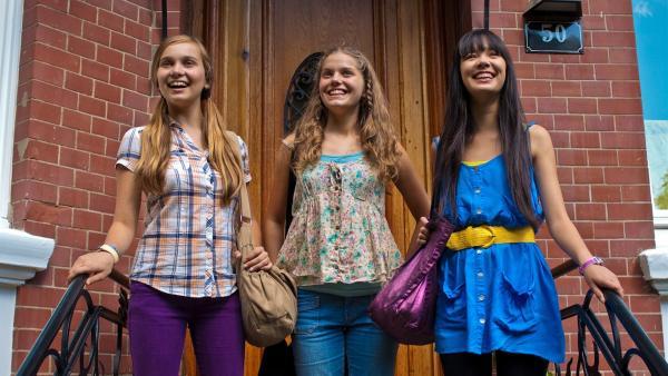 Ally (Marny Kennedy, li.), Emma (Sophie Karbjinski, Mitte) und Jackie (Charlotte Nicdao, re.) sind bereit für die erste Hamburg-Besichtigung. | Rechte: NDR/Southern Star