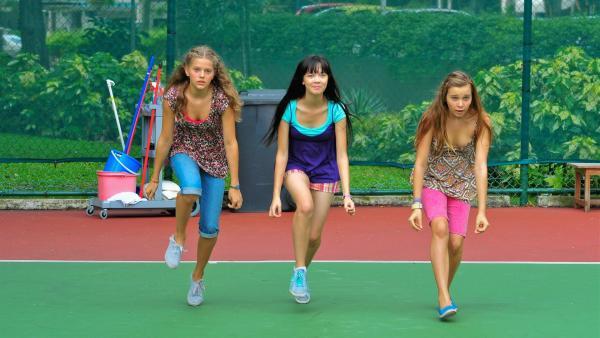 Trotz ihrer schmerzhaften Knöchelverletzung  versucht Ally bei den Proben in Singapur Schritt zu halten. v.li.n.re.: Emma (Sophie Karbjinski), Jackie (Charlotte Nicdao) und Ally (Marny Kennedy) | Rechte: NDR/Southern Star