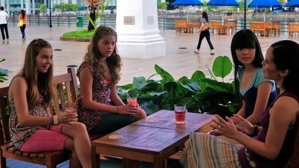 Die Mädchen bitten ihre Tanzlehrerin Michelle in Singapur, sie für den Wettbewerb zu unterrichten. v.li.: Ally (Marny Kennedy), Emma (Sophie Karbjinski), Jackie (Charlotte Nicdao) und Michelle (Julie Wee) | Rechte: NDR/Southern Star