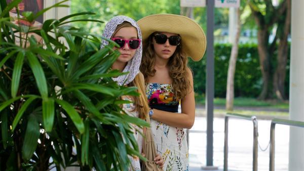 Verkleidet machen sich Ally (Marny Kennedy) und Emma (Sophie Karbjinski) auf die Suche nach Jackies Computer. | Rechte: NDR/Southern Star