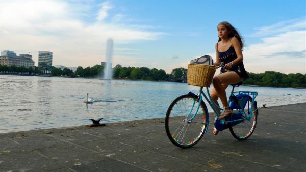 Nach Schulschluss in Hamburg hat Emma (Sophie Karbjinski) noch was vor: einen Abstecher nach Sydney - bis zum nächsten Tag. | Rechte: NDR/Southern Star