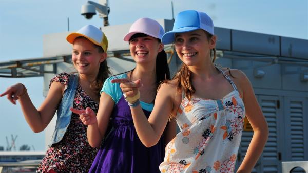 Die Mädchen gehen ihre Tanznummer durch, um in die nächste Runde des Wettbewerbs zu gelangen. v.li: Emma (Sophie Karnbjinski), Jackie (Charlotte Nicdao), Ally (Marny Kennedy) | Rechte: NDR/Southern Star