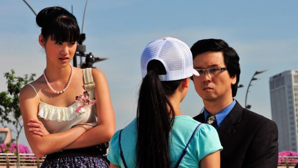Jackie erzählt dem Jurymitglied (Tay Keng Lim, re.) die Wahrheit, sehr zum Missfallen von Chelsea (Chervil Tan, li.). | Rechte: NDR/Southern Star
