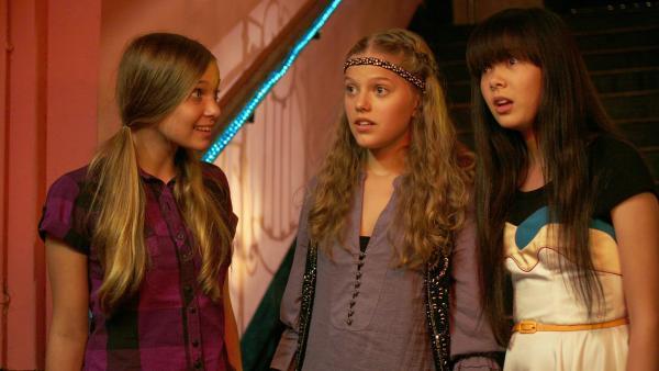 Die drei Mädchen merken, dass sie in Schwierigkeiten stecken, weil der Auftritt ins WorldWideWeb gestellt werden soll. v.li.: Ally (Marny Kennedy), Emma (Sophie Karbjinski), Jackie (Charlotte Nicdao). | Rechte: NDR/Southern Star