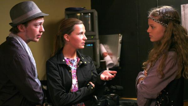 Emma (Sophie Karbjinski, re.) versucht, die belastenden Video-Bilder von den Produzenten (Tino Mews und Zarah Jane McKenzie) der Show zurückzuholen. | Rechte: NDR/Southern Star