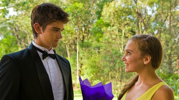 Dan (Luke Erceg) und Ally (Marny Kennedy) gehen zusammen zum Schulball. Sie geben ein süßes Paar ab. | Rechte: NDR/Southern Star