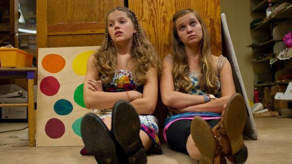 Emma (Sophie Karbjinski, li.) und Ally (Marny Kennedy, re.) merken, dass es nichts zu lachen gibt, wenn man im Abstellraum der Schule eingesperrt ist. | Rechte: NDR/Southern Star