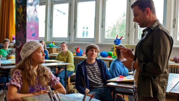 Nicholas (Jannik Schumann, Mitte) amüsiert sich, weil Emma (Sophie Karbjinski) schon wieder wegen der fehlenden Kunstarbeit vom Kunstlehrer (Patrick Monkeberg) ermahnt wird. | Rechte: NDR/Southern Star