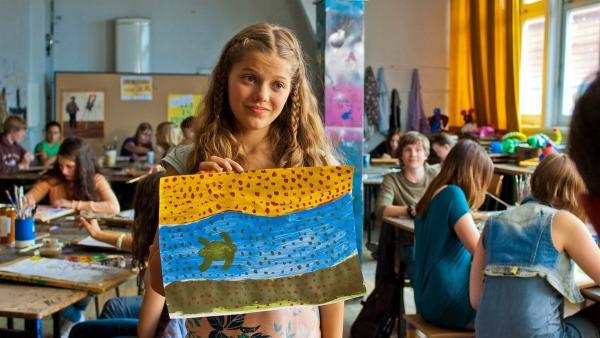 Emmas (Sophie Karbjinski) kläglicher Versuch, ein Bild im Stil der australischen Aborigine-Kunst zu malen. | Rechte: NDR/Southern Star