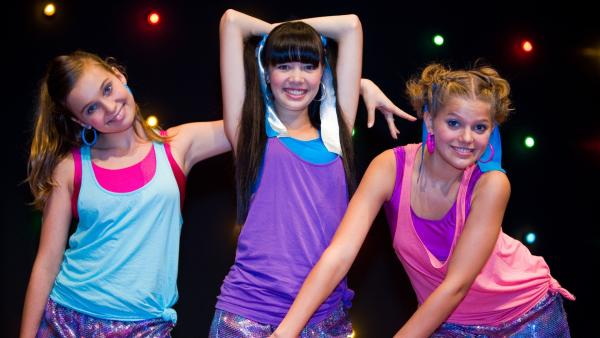 Die Mädchen albern vor dem ersten Ausscheidungs-Finale in Singapur herum. v.li.: Ally (Marny Kennedy), Jackie (Charlotte Nicdao) und Emma (Sophie Karbjinski) | Rechte: NDR/Southern Star
