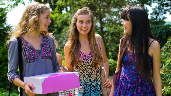 Emma (Sophie Karbjinski, li.) und Ally (Marny Kennedy, Mi.) erfreuen Jackie (Charlotte Nicdao, re.) mit einer Überraschungs-Geburtstagsparty in Hamburg. | Rechte: NDR/Southern Star