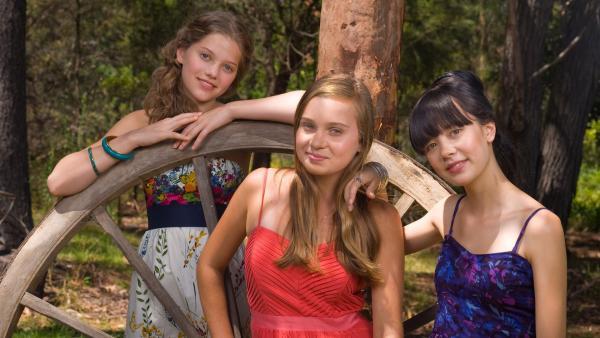 Die Mädchen erwarten einen schönen Tag auf Allys Farm in Australien. V.l.: Emma (Sophie Karnbjinski), Ally (Marny Kennedy) und Jackie (Charlotte Nicdao). | Rechte: NDR/Southern Star
