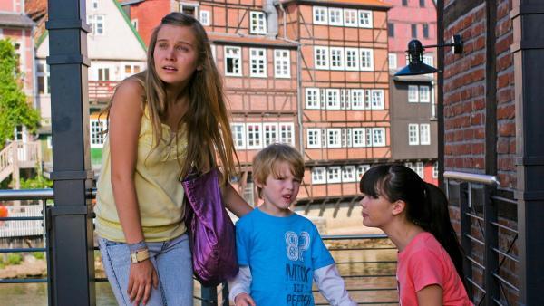 Bei einer Städtetour durch die Lüneburger Altstadt begegnen Ally (Marny Kennedy, li.) und Jackie (Charlotte Nicdao, re.) einem kleinen Jungen (Jordy Wortmann), der sich verlaufen hat. | Rechte: NDR/Southern Star
