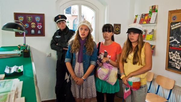 Emma (Sophie Karbjinski) versucht bei der Lüneburger Polizei das Problem zu erklären. V.l.: Officer (Oliver Sauer), Emma, Jackie (Charlotte Nicdao) und Ally (Marny Kennedy). | Rechte: NDR/Southern Star