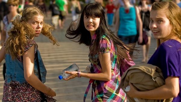 Die Mädchen sind alarmiert, als Jackies Nachbarn aus Singapur ihnen in Sydney begegnen. V.l.: Emma (Sophie Karbjinski), Jackie (Charlotte Nicdao) und Ally (Marny Kennedy). | Rechte: NDR/Southern Star
