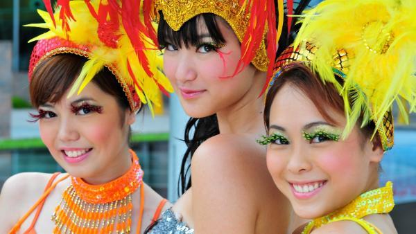Chelsea und ihre Freundinnen haben sich aufgedonnert und hoffen nun auf der Titelseite eines Tanz-Magazins zu erscheinen. V.l: Carla (Veracia Yong), Chelsea (Chervil Tan) und Sophie (Iris Lim) | Rechte: NDR/Southern Star