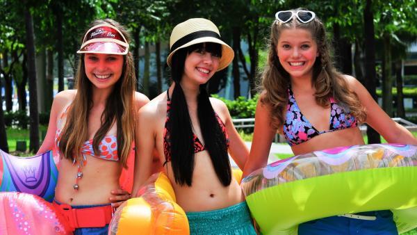 Nicht im Stande sich topmodisch zu kleiden, bleiben die Mädchen leger.<br/>V.l: Ally (Marny Kennedy), Jackie (Charlotte Nicdao) und Emma (Sophie Karbjinski) | Rechte: NDR/Southern Star