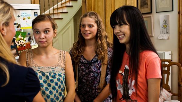 Die Mädchen tun ihr Bestes um höflich zu sein, als sie die Sightseeing-Pläne von Emmas Mutter hören. V.l: Ally (Marny Kennedy), Emma (Sophie Karbjinski), Jackie (Charlotte Nicdao). | Rechte: NDR/Southern Star