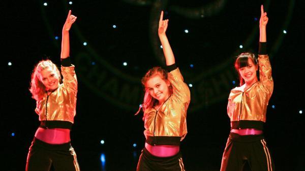 Trotz aller Schwierigkeiten stehen Emma, Ally und Jackie pünktlich auf der Bühne. V.l: Emma (Sophie Karbjinski), Ally (Marny Kennedy) und Jackie (Charlotte Nicdao). | Rechte: NDR/Southern Star