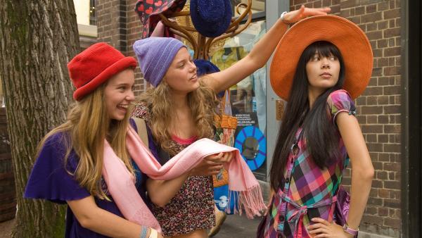 Es ist einer der Tage, an dem Jackie sich wünscht, shoppen zu gehen. V.l.: Ally (Marny Kennedy), Emma (Sophie Karbjinski), Jackie (Charlotte Nicdao). | Rechte: NDR/Southern Star