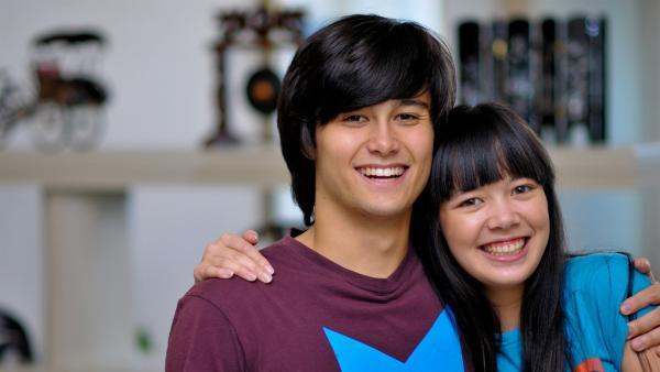 Jackie (Charlotte Nicdao) muss ihren Bruder Josh (Takaya Honda) bei dem Chatroom-Problem um Hilfe bitten. | Rechte: NDR/Southern Star