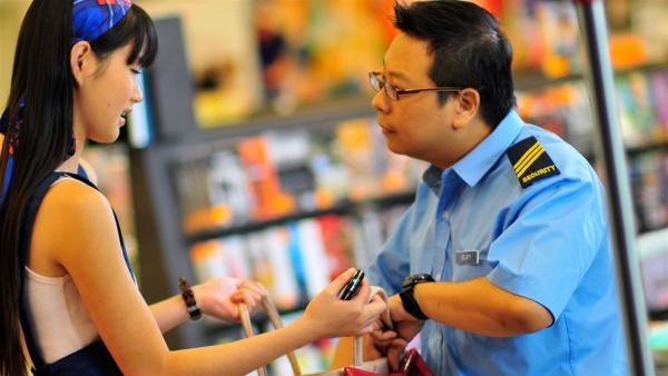 Chelsea (Chervil Tan) ist aufgebracht, als der Wachmann (Gary Sim) eines CD-Ladens ihre Tasche überprüft. | Rechte: NDR/Southern Star