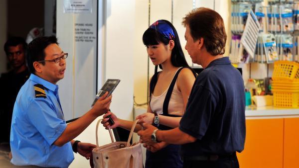 Es sieht schlecht aus für Chelsea (Chervil Tan): Sie wird mit gestohlenen CDs erwischt. Wachmann (Gary Sim), Geschäftsführer (Silvester Loo). | Rechte: NDR/Southern Star