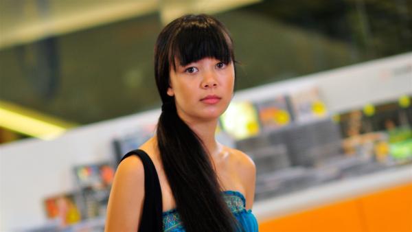 Jackie (Charlotte Nicdao) hat den Diebstahl beobachtet und erkennt, dass sie Chelseas Schicksal in ihren Händen hält. | Rechte: NDR/Southern Star