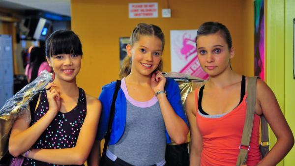 Vor dem Finale sind die Mädchen so hoffnungsvoll wie nie zuvor. V.l: Jackie (Charlotte Nicdao), Emma (Sophie Karbjinski) und Ally (Marny Kennedy). | Rechte: NDR/Southern Star