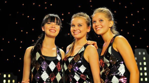 Die Mädchen sind nervös und machen sich für den wichtigsten Wettkampf ihres Lebens bereit. V.l: Jackie (Charlotte Nicdao), Ally (Marny Kennedy) und Emma (Sophie Karbjinski). | Rechte: NDR/Southern Star