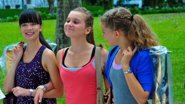 Am dritten Tag treffen Jackie (Charlotte Nicdao, li.), Ally (Marny Kennedy, Mi.) und Emma (Sophie Karbjinski, re.) voller Hoffnung beim Tanz-Finale ein. | Rechte: NDR/Southern Star