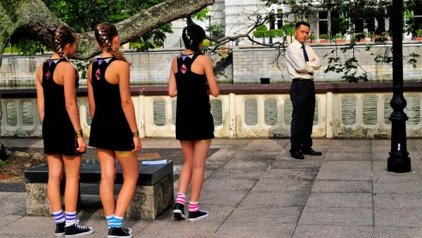 Jetzt oder nie, Jackie (Charlotte Nicadao, 3.v.li.) muss ihrem Vater (Chew Kin Wah) die Wahrheit über den Tanz-Wettbewerb erzählen. | Rechte: NDR/Southern Star