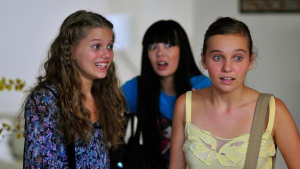 Emma, Jackie und Ally schauen erschrocken | Rechte: NDR/Southern Star