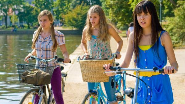 Ally, Emma und Jackie mit Fahrrädern | Rechte: NDR/Southern Star