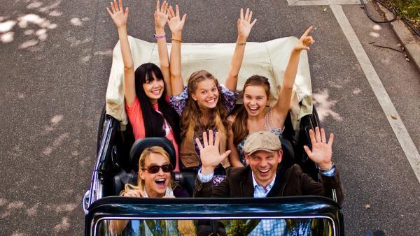 Ally, Emma und Jackie im Auto | Rechte: NDR/Southern Star
