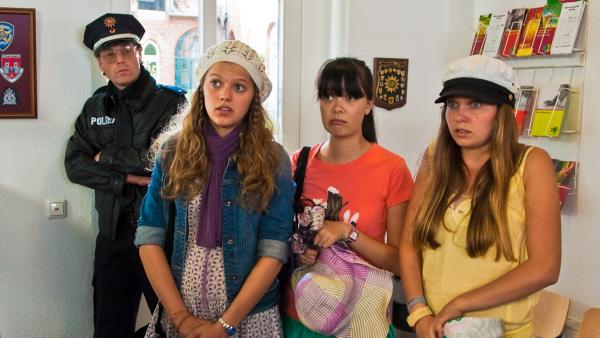 Emma, Jackie und Ally auf der Polizeiwache in Lüneburg | Rechte: NDR/Southern Star