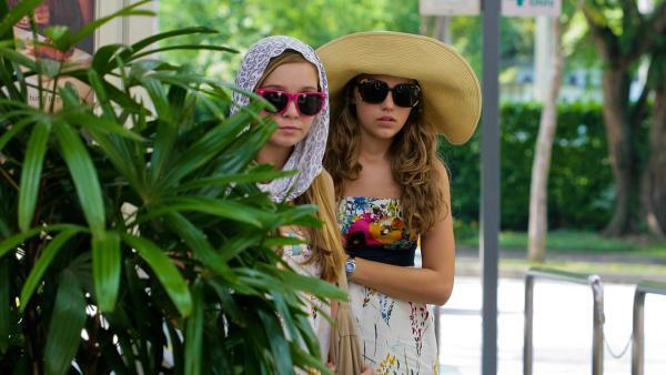 Ally und Emma haben sich verkleidet | Rechte: NDR/Southern Star