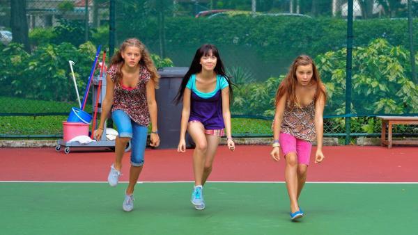 Emma, Jackie und Ally proben Tanzschritte | Rechte: NDR/Southern Star