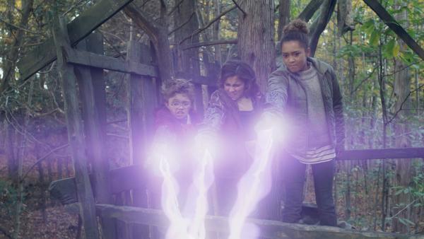Die Kinder entdecken die Macht der Blaster. | Rechte: NDR/Sinking Ship Entertainment/Hulu/CBC/Radio Canada/CBBC/SRC