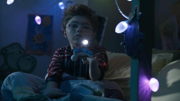 Finn (Cale Ferrin) hat Angst im Dunkeln. | Rechte: NDR/Sinking Ship Entertainment/Hulu/CBC/Radio Canada/CBBC/SRC